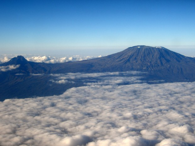 Gunung Kilimanjaro dilihat dengan pesawat terbang