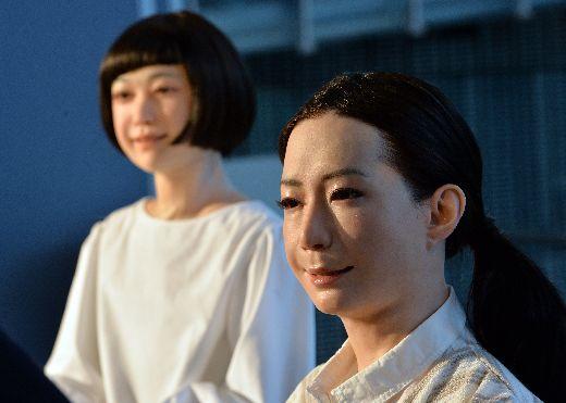 Robot Otonaroid dan Robot Kodomoroid