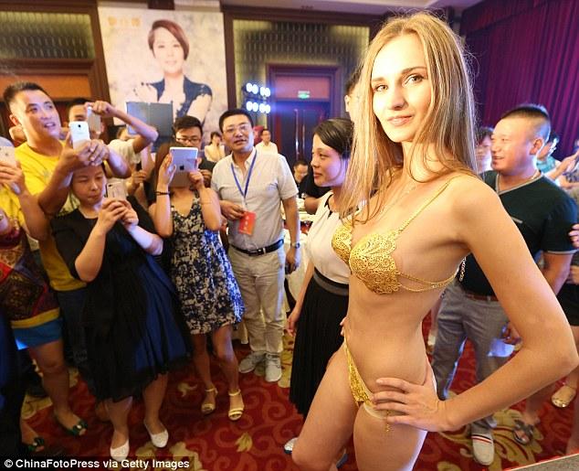 Bikini Emas Seharga Hampir 2 Miliar