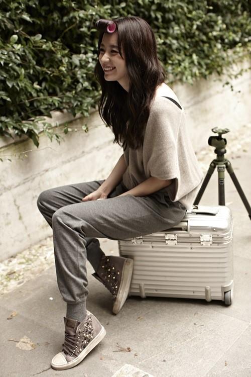 Han Hyo Joo jadi Model Sepatu