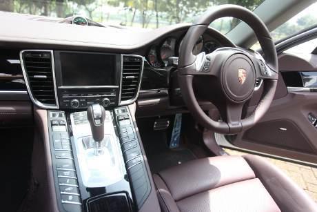 Interior Mobil Porsche Panamera S