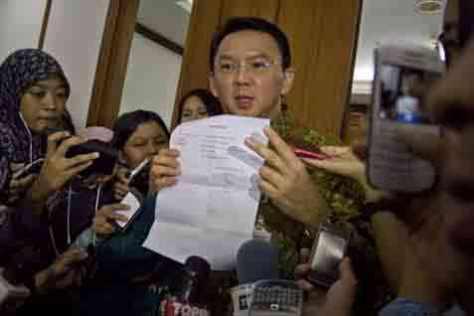Ahok menunjukkan surat tanda terima pengunduran diri dari Gerindra