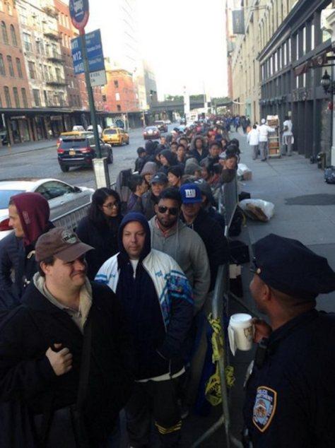 Antrian Pembeli iPhone 6 di Kota New York