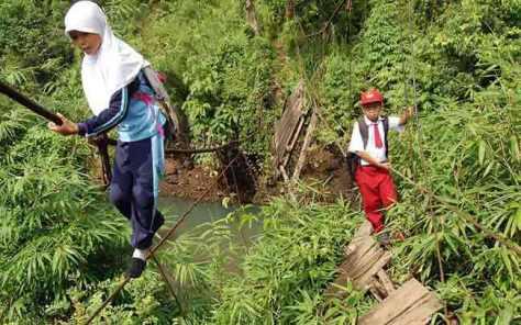 Berangkat Sekolah Walau Harus Melalui Jembatan Rusak