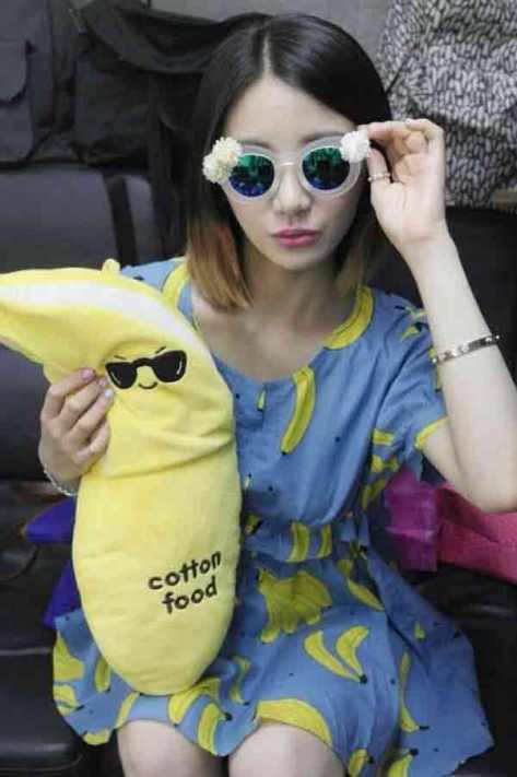 EunB pose dengan boneka kesayangan