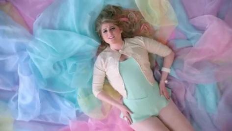 Meghan Trainor Pose Hot di Video Klip