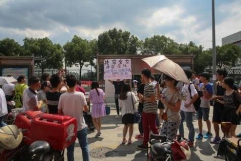 Pemuda asal Tiongkok menjual pacarnya demi iPhone