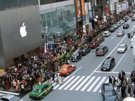 Ratusan orang rela antri untuk mendapatkan iPhone dengan harga mahal